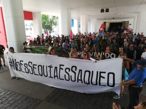Hasta las oficinas de la Dirección General de Aguas (DGA) en la capital de la Región del Ñuble, llegaron cientos de manifestantes para impedir la realización de distintos remates de uso no consuntivo de aguas. Foto: Coordinadora Ambiental Ñuble Sustentable.