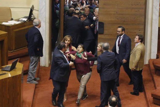 La votación en la Cámara de Diputados del proyecto de ley que buscaba establecer paridad de género en un eventual órgano constituyente estuvo marcado por la presión de las organizaciones feministas que llegaron hasta el Congreso en Valparaíso. Foto: Agencia UNO.