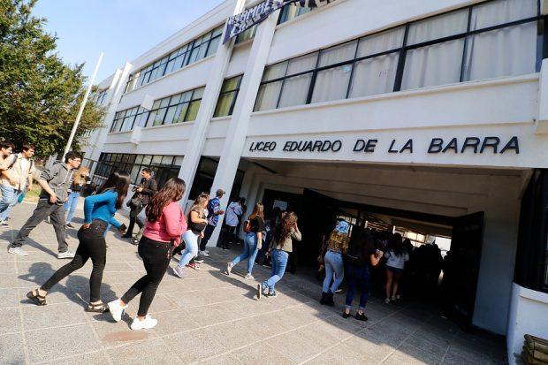 Durante la mañana se registraron incidentes en el Liceo Eduardo de la Barra de Valparaíso, lo que obligó a suspender la rendición de la prueba en ese local. Los estudiantes fueron trasladados a otra sede para rendir el examen. Foto: Agencia UNO.