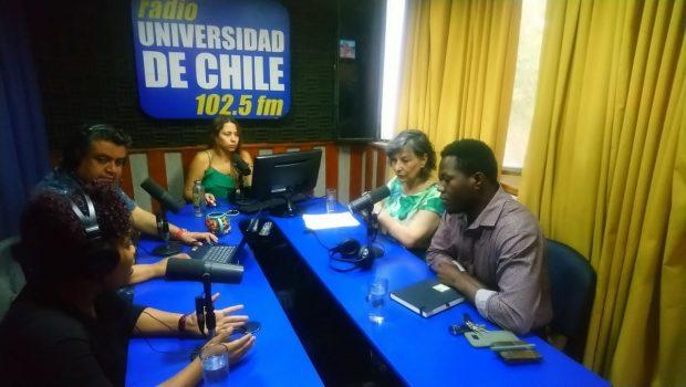 Representantes de la comunidad haitiana en Chile junto a la socióloga María Emilia Tijoux, analizando la situación ocurrida en Haití con las violaciones por parte de soldados de la ONU.
