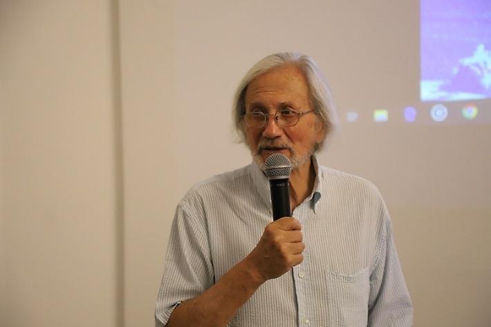 """""""Podríamos decir que la sociedad chilena se ha puesto en una posición de arte"""", advirtió Francisco Brugnoli, director del MAC."""