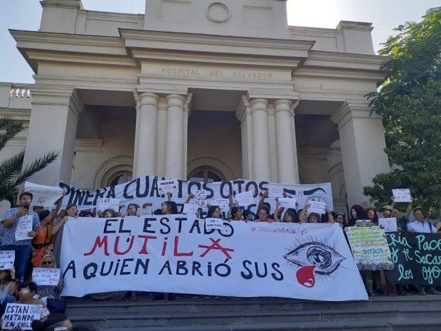 Fueron cientos los estudiantes de 7mo año de la Facultad de Medicina de la Universidad Diego Portales los que llegaron hasta el frontis del Hospital El Salvador a manifestar su rechazo contra el violento actuar de Fuerzas Especiales. Foto: Radio Universidad de Chile.