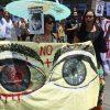 La Coordinadora de Víctimas de Traumas Oculares, en conjunto con la Agrupación de Familiares de Detenidos Desaparecidos, se reunieron en el frontis del Palacio de La Moneda para exigir respuesta del Gobierno ante la escalada de casos de atropellos a los derechos humanos. Foto: Radio Universidad de Chile.