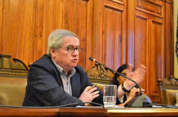 Felipe Agüero es doctor en Ciencias Políticas de la Duke University y sociólogo de la Universidad Católica de Chile. Actualmente es académico del Instituto de Asuntos Públicos (IAP) de la Universidad de Chile. Foto: U. de Chile.