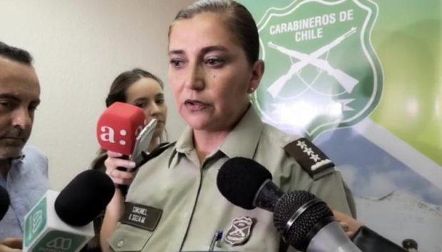 La coronel Karina Soza, directora suplente de la Dirección de Derechos Humanos de Carabineros, fue la misma que frente a las denuncias de uniformados ingiriendo cocaína, sostuvo que lo que en realidad utilizaban era mentholatum. Foto: Captura de vídeo.