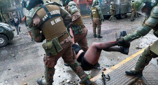 La institución de Carabineros de Chile ha sido fuertemente cuestionada por distintas organizaciones internacionales ligadas a la defensa de los derechos humanos. Amnistía Internacional, Human Rights Watch y la oficina de la Alta Comisionada para los DD.HH. de la ONU, entre otros, han entregado recomendaciones en torno a la labor de la policía uniformada. Foto: Archivo.