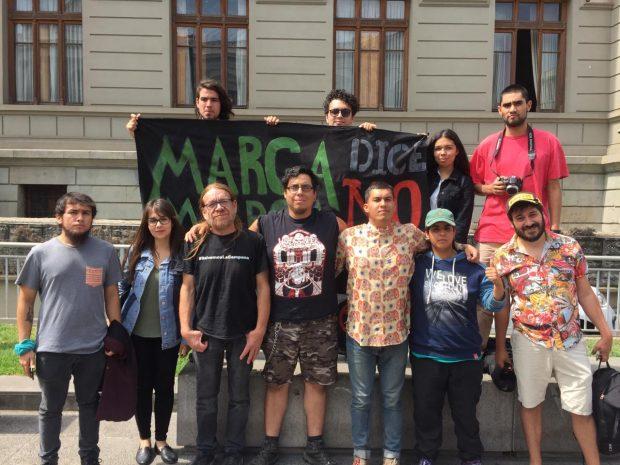 La suspensión de los alegatos no fue bien recibida por las organizaciones medioambientales de la zona, quienes habían llegado hasta la sede en Morandé 360 del Tribunal Ambiental de Santiago para seguir de cerca el proceso. Foto: Radio Universidad de Chile.