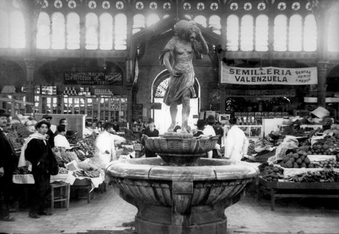 Pila de agua en el interior del Mercado Central, 1915.