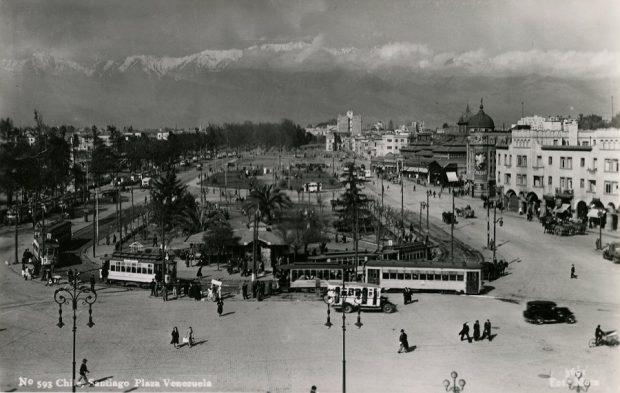 Vista panorámica de la Plaza Venezuela y el Mercado Central, desde la Estación Mapocho, c.1930.