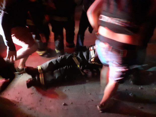 Mientras trabajaba en el incendio en el Museo Violeta Parra, un bombero fue herido en el pecho y rodilla por una bomba lacrimógena. Cuentan que guardaban las mangueras cuando Carabineros le disparo al cuerpo, y estaban al lado de camión bomba con todas sus luces encendidas. Foto: Cedida.