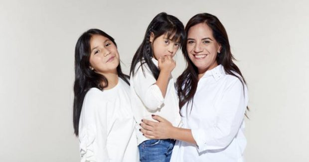 Claudia Aldana y sus hijas.