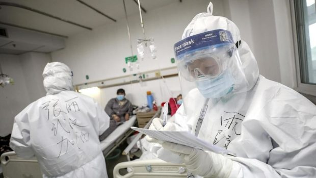 Uno de los roles claves en el manejo de la pandemia del Covid-19 es el que han cumplido miles de médicos y médicas del país en los consultorios y centros hospitalarios. Foto: Archivo.
