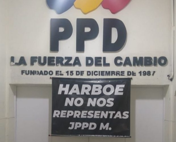 Hace algunos días aparecieron carteles en la sede nacional del Partido Por la Democracia, interpelando al senador Felipe Harboe por su ausencia en la votación de la acusación constitucional contra el intendente metropolitano, Felipe Guevara. Foto: Twitter.