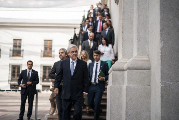 """El Presidente de la República, Sebastián Piñera, encabezó un Consejo de Gabinete a la vuelta de sus vacaciones en el sur del país. Al concluir, hizo un llamado a un nuevo acuerdo, esta vez """"por la democracia, contra la violencia y por la paz"""". Foto: Presidencia."""