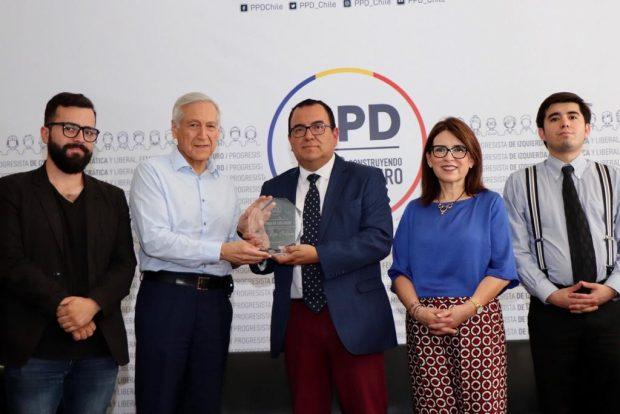 En la foto, el presidente de la Juventud PPD, Pablo Silva (izquierda), acompaña al timonel del PPD, Heraldo Muñoz, en la entrega de un reconocimiento a la Cruz Roja por su aporte en la defensa de los Derechos Humanos. Foto: PPD.