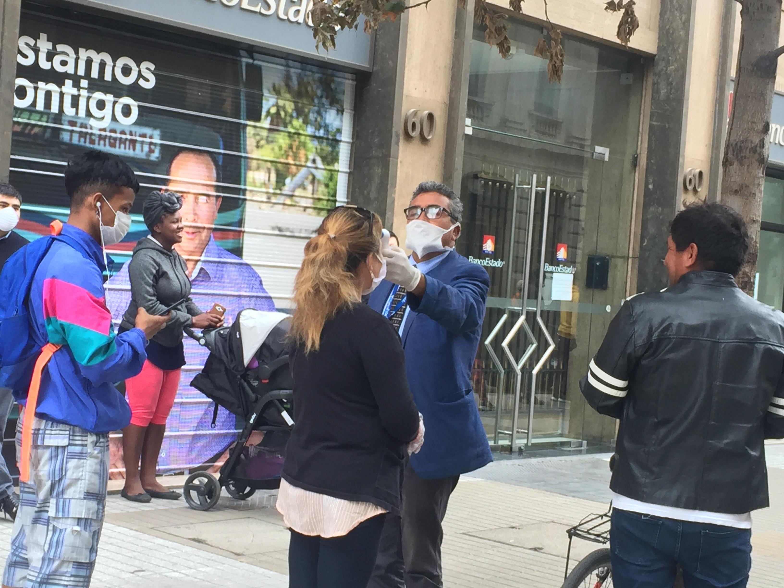 Durante la primera jornada de cuarentena total para siete comunas de la Región Metropolitana, se registraron filas y aglomeraciones en los distintos servicios básicos del país. Foto: Radio UChile.