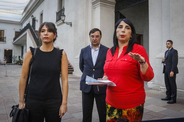 La ministra de la Secretaría General de Gobierno, Karla Rubilar, y la subsecretaria de Prevención del Delito, Katherine Martorell, fueron las encargadas de responder las preguntas que surgieron de la ciudadanía.