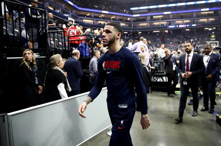 Lonzo Ball se retira de la cancha luego de la suspensión del partido entre los Pelicans y los Kings.