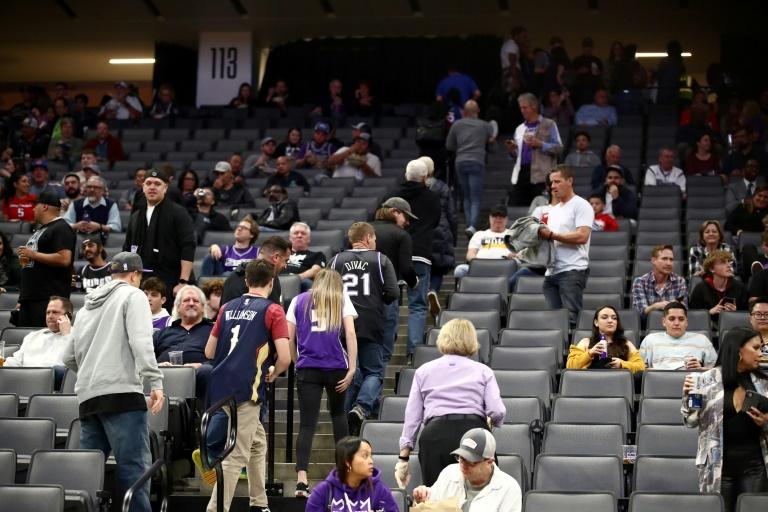 Aficionados abandonan la cancha de los Sacramento Kings tras la suspensión del juego ante Pelicans.