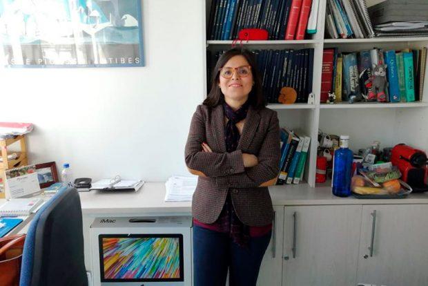 La bioquímica, académica de la Universidad Andrés Bello (UNAB) y presidenta de la Sociedad de Microbiología de Chile, Claudia Saavedra. Foto: UNAB.