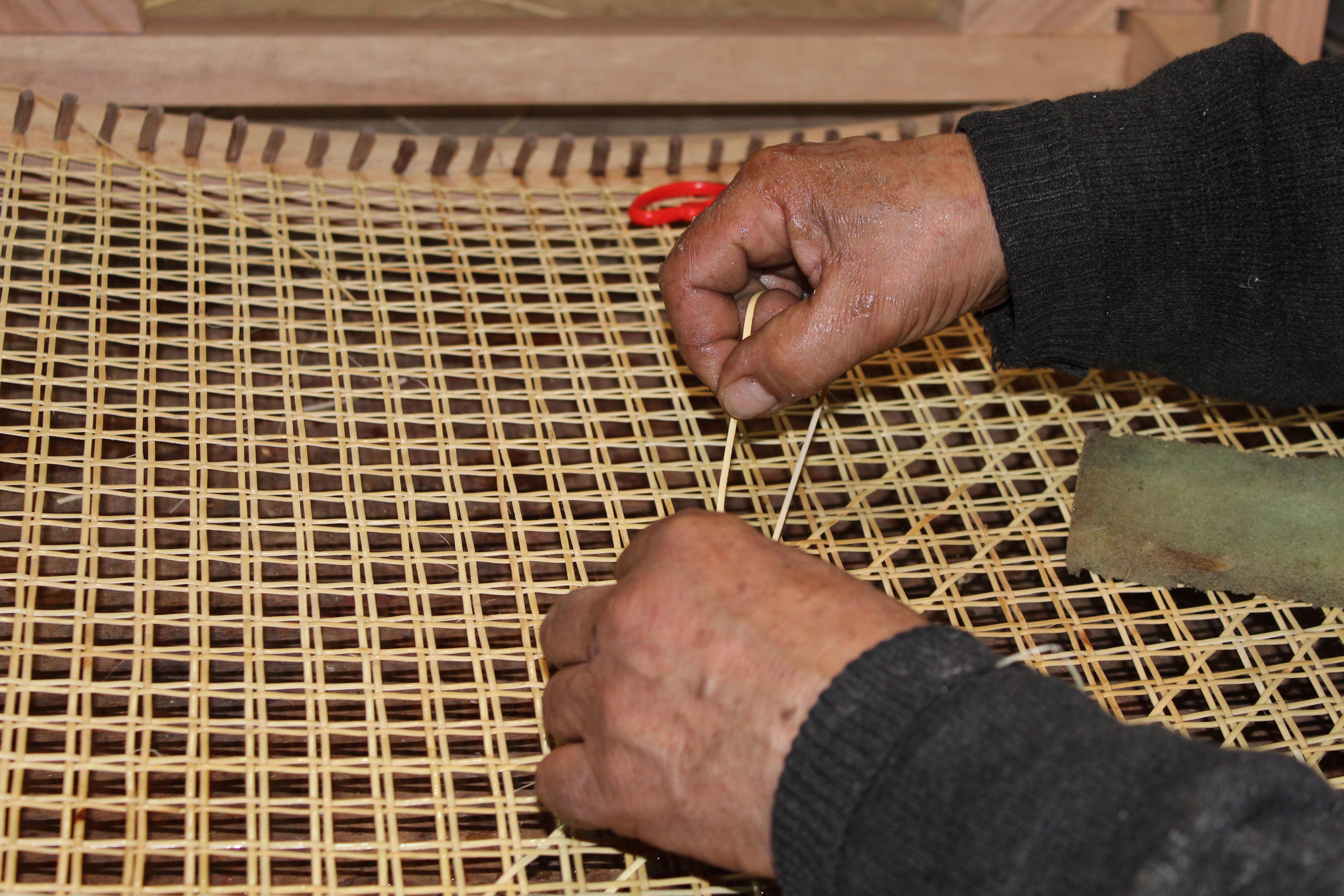 El maeestro Manuel Becerra tejiendo