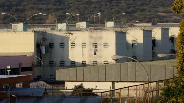 Con un brote de COVID-19 que ya tiene a 23 internos y 43 funcionarios contagiados, la cárcel de Puente Alto se ha convertido en el rostro de la precariedad y la improvisación a la que se ve enfrentada la población penal en medio de la pandemia. Foto: Archivo.