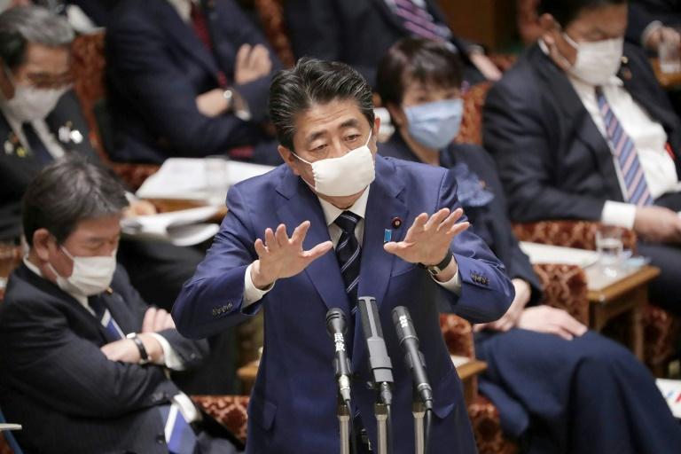 Shinzo Abe, con mascarilla protectora en el rostro, gesticula durante una intervención en una comisión del Parlamento japonés, el 1 de abril de 2020 en Tokio.
