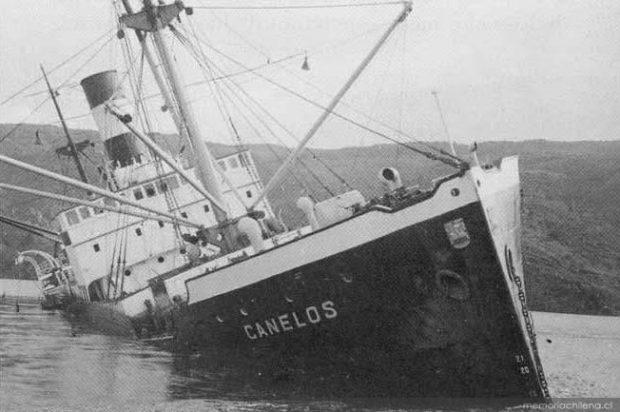 Barco Canelos hundido tras el maremoto, 1960. Colección Biblioteca Nacional. Fuente: Memoria Chilena.