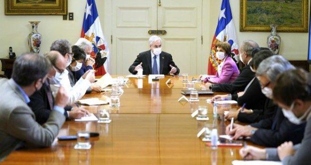 Todas las mañanas, el presidente Sebastián Piñera y sus ministros se reúnen junto al Consejo Asesor COVID-19, en donde se definen las medidas que se implementarán en los próximos días. Foto: Presidencia.