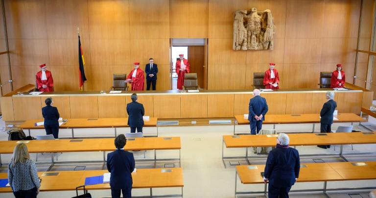 Los jueces del Tribunal Constitucional de Alemania llegan a la sala para anunciar su fallo sobre si el BCE debía justificar sus compras de deuda pública, el 5 de mayo de 2020 en la ciudad alemana de Karlsruhe.