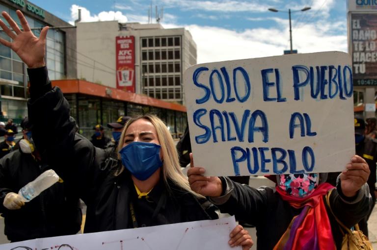 Trabajadores marchan en el centro de Quito para protestar contra las reformas laborales que pretenden aliviar el impacto económico del coronavirus, el 18 de mayo de 2020.