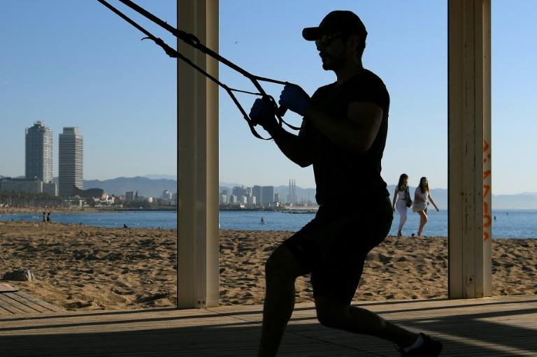 Una persona se ejercita en la playa de la Barceloneta de Barcelona el 20 de mayo de 2020.