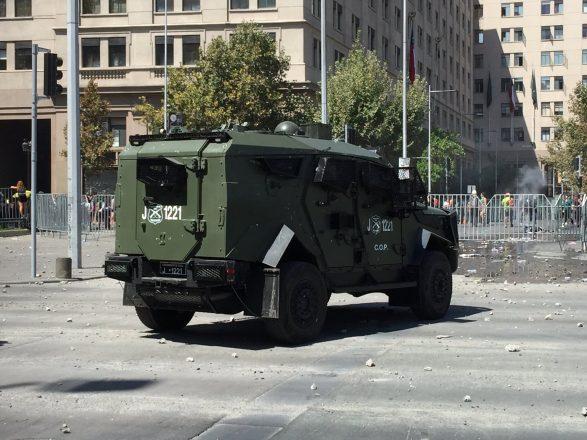 Los nuevos blindados lanza gases de Carabineros son utilizados por Israel y Estados Unidos en diversos conflictos militares, y por los ejércitos de México y Colombia en su combate contra los carteles de droga. Tuvieron su estreno el 8 de marzo en las manifestaciones por el Día de la Mujer. Foto: Infogate.