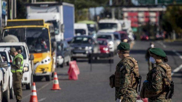 A pesar de que la fiscalización por parte de las Fuerzas Armadas y Carabineros ha aumentado, los niveles de movilidad en la Región Metropolitana no han logrado disminuir al punto de evitar la propagación masiva de la pandemia del COVID-19. Foto: Agencia UNO.