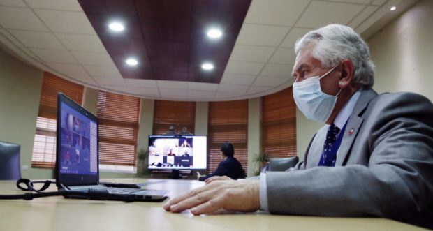 Este miércoles, el ministro de Salud, Enrique Paris, se reunió con la directiva del Colegio Médico, liderada por la Dra. Izkia Siches. Tras la reunión el balance fue positivo, ambos representantes valoraron la instancia a través de sus redes sociales. Foto: Ministerio de Salud.