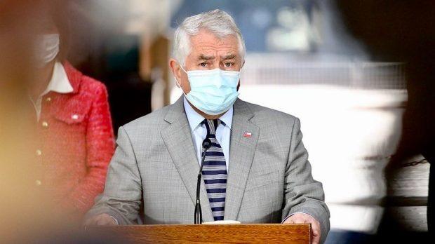 El ministro de Salud, Enrique Paris, aseguró que las vacunas del laboratorio Pfizer se redestinarán a la población adulta mayor y que las vacunas Sinovac serán utilizadas en población hasta 59 años. Foto: Ministerio de Salud.