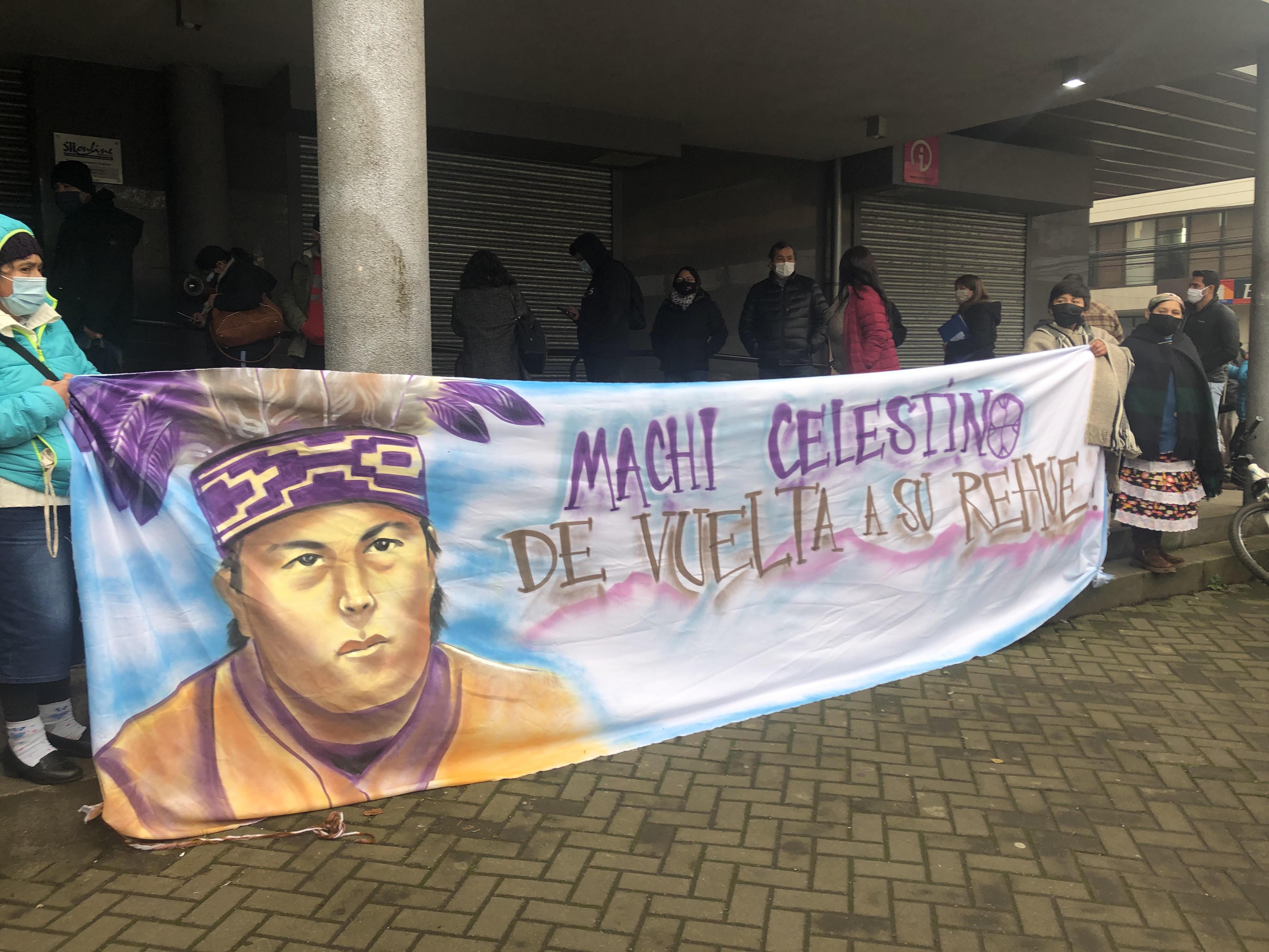 Decenas de personas se han acercado al Centro Penitenciario de Temuco para entregar su apoyo al machi Celestino Córdova ante la huelga de hambre que ya sostiene hace 93 días. Foto: @Araucanía diario