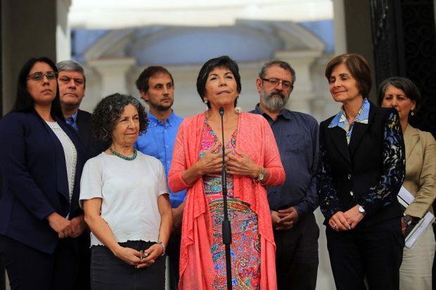 """La epidemióloga e integrante del Consejo Asesor COVID-19 del Gobierno, Dra. Catterina Ferreccio (con blusa blanca en la foto), manifestó sus dudas por la determinación del Minsal y dijo no saber """"si este es el momento de asumir riesgos para Chile"""". Foto: Presidencia."""