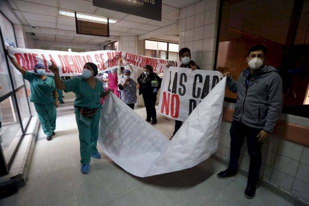 Funcionarios manifestándose ante la visita del Ministro de Salud, Enrique Paris Foto: Agencia Uno