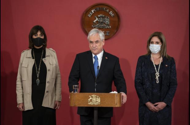La nueva ministra de la Mujer, Mónica Zalaquett; el presidente Sebastián Piñera y la ex ministra de la cartera, Macarena Santelices Foto: Presidencia
