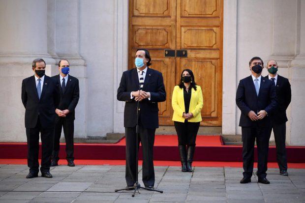 Los nuevos ministros: Andrés Allamand (Relaciones Exteriores), Cristián Monckeberg (Segpres), Víctor Pérez (Interior), Karla Rubilar (Desarrollo Social), Mario Desbordes (Defensa) y Jaime Bellolio (Segegob). Foto: Ministerio del Interior.
