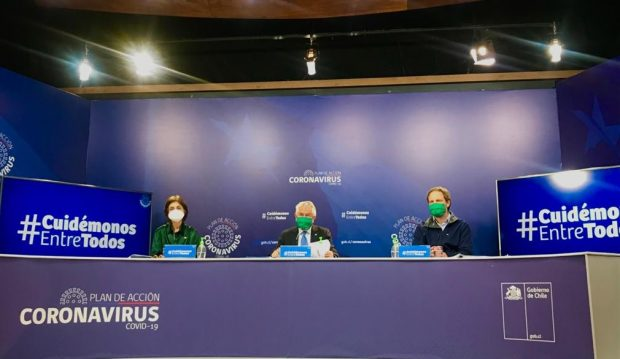 """Tanto el ministro de Salud, Enrique Paris, como los subsecretarios de Salud Pública, Paula Daza, y de Redes Asistenciales, Arturo Zúñiga, lucieron mascarillas verdes en el reporte diario. """"Estoy usando una mascarilla verde, verde esperanza"""", dijo Paris. Foto: Ministerio de Salud."""