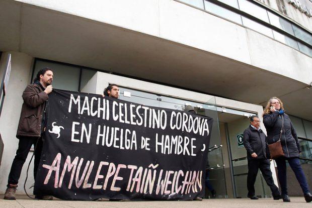 Este martes se cumplen 100 días desde el inicio de la huelga de hambre que encabeza el machi Celestino Córdova, junto a otros 27 prisioneros mapuche. La autoridad ancestral pide cumplir su condena en su rehue, tal como lo indica el Convenio 169 de la OIT. Foto: Agencia UNO.