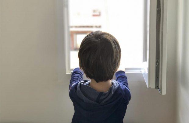 nino-cinco-anos-mira-por-ventana