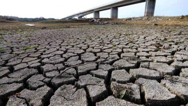 Con los pozos del sistema de Agua Potable Rural (APR) agotados desde hace meses, son más de 19 mil personas de la Provincia de Petorca las que hoy en día se surten de agua potable a través de camiones aljibe. Foto: Archivo.