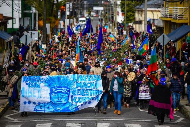 Decenas de personas, mapuche y no mapuche, se congregaron en la Plaza de Armas de Nueva Imperial para manifestarse en apoyo al machi Celestino Córdova, quien lleva 106 días de huelga de hambre: Foto: Agencia UNO.
