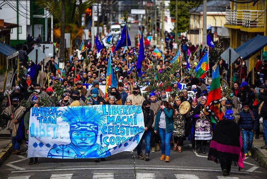 Decenas de personas, mapuche y no mapuche, se han congregado en distintos puntos del país para manifestar su apoyo a las demandas que ha expresado el machi Celestino Córdova desde su encierro. Foto: Agencia UNO.