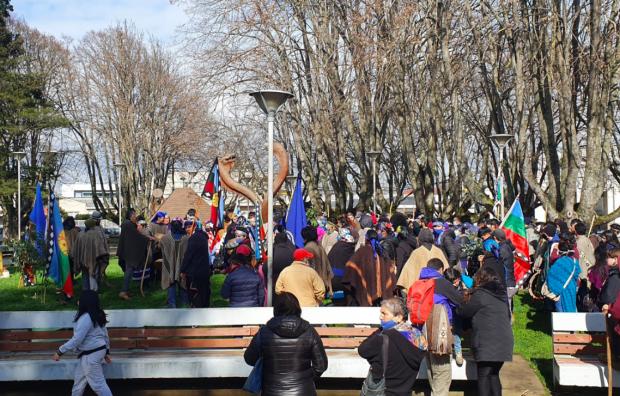 Decenas de personas, mapuche y no mapuche, se congregaron en la Plaza de Armas de Nueva Imperial para manifestarse en apoyo al machi Celestino Córdova, quien lleva 106 días de huelga de hambre: Foto: El Pueblo Informa.