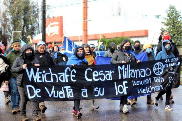 En la última semana, luego del acuerdo alcanzado entre el machi Celestino Córdova y el Gobierno, lejos de terminar, las movilizaciones han aumentado en apoyo a los 26 comuneros mapuche que aún se encuentran en huelga de hambre. Foto. Julio César Parra.