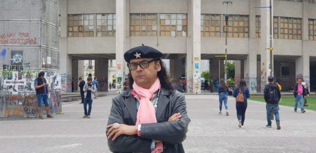 """El periodista y activista Víctor Hugo Robles, conocido como """"El Che de los gays"""", presentó el primer recurso de protección en contra del Ministerio de Salud demandando la entrega de terapias VIH multimes. Foto: Cedida."""